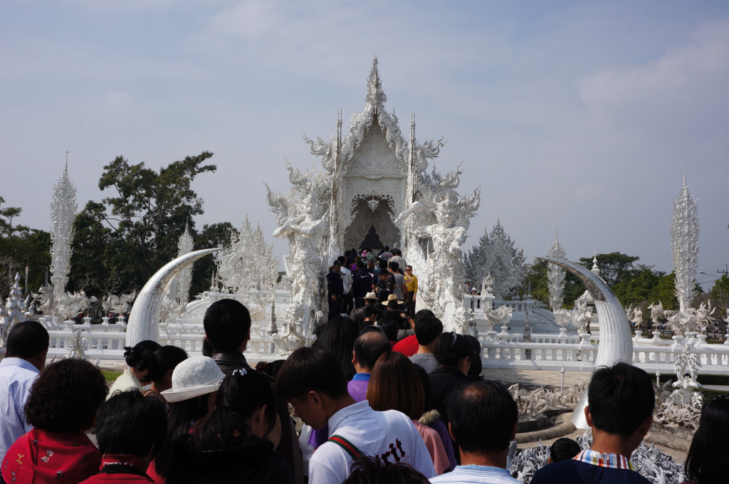 The crowds at Wat Rong Khun